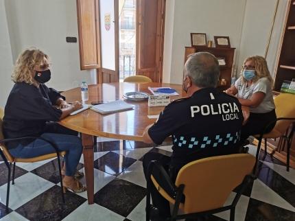 Reunión para coordinar la presencia de la policía local en la entrada a los centros escolares