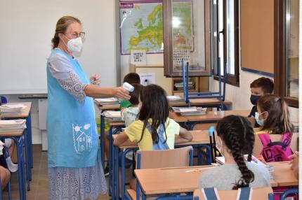 Una maestra del San Isidro Labrador toma la temperatura a su alumnado el primer día de clase.