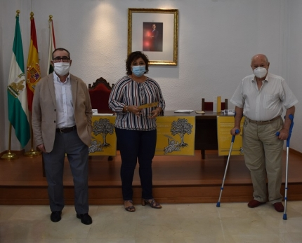 El poeta Antonio Carvajal junto a la concejala de Cultura, Toñi Guerrero y al miembro del jurado, José Antonio Ramírez