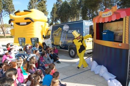 Un momento de la función de marionetas en la que los contenedores fueron los protagonistas.