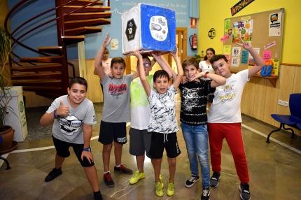 Varios peques del turno especial de los viernes durante uno de los juegos en la Casa de la Juventud.