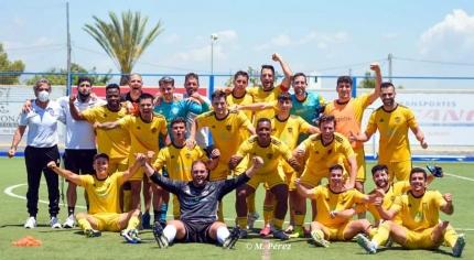 La plantilla alboloteña celebró la permanencia en el campo del CD Vera (FC CUBILLAS)