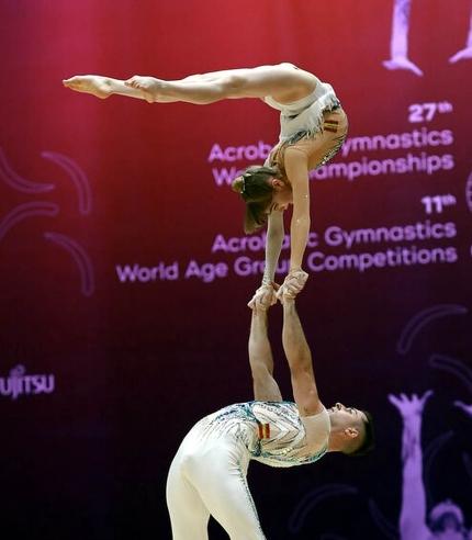 Ismael Medina y Luz Lupiáñez en un momento del ejercicio de equilibrio (ACRÓBATOS)