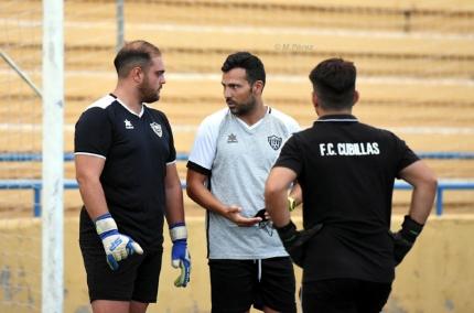 Javier Vilaseca, entrenador del FC Cubillas, dialoga con los porteros del equipo (FC CUBILLAS)