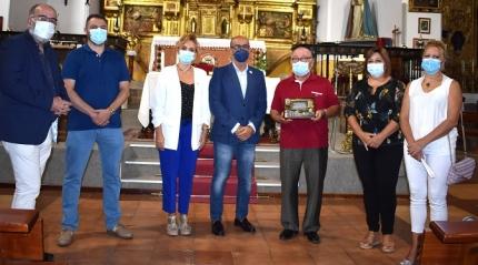 La corporación reconoce la labor del párroco de Albolote, Javier Huete