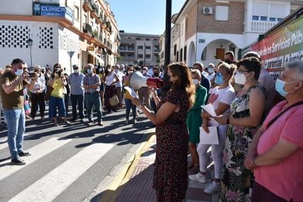 Militantes de IU en una protesta a las puertas del centro de salud